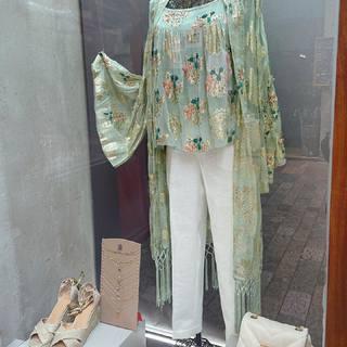 Rodéate de prendas que te sumen, que te aporten y que te llenen de luz como este kimono, nuestro imprescindible del verano.   Kimono, our must-have summer partner🍹💖🌞👗  #XELFYshop #llanes #windows #summer #nekane #girls #party #elegant #wedding #style #inspo #weareopen